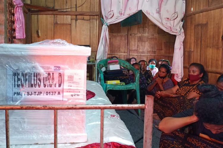 Suasana penerimaan jenazah Theofilus Lau Ura, di Kampung Pora, Desa Pora, Kecamatan Wolojita, Kabupaten Ende, NTT, Jumat (22/1/2020).
