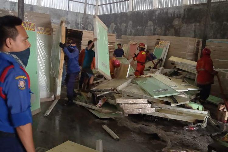 Sisa-sisa pintu plastik yang dapat diselamatkan oleh pemadam kebakaran dari insiden kebakaran di gudang PT Indogalen, Teluk Pucung, Bekasi Utara, Senin (9/3/2020) sore.