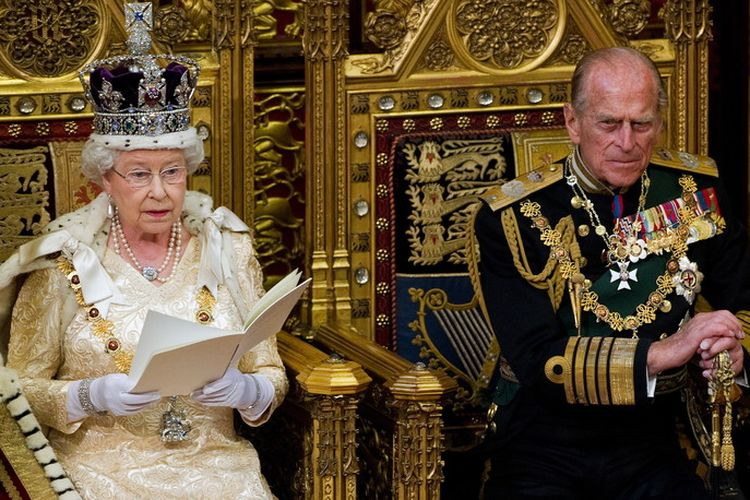 Ratu Elizabeth II (kiri) dan Pangeran Philip, Duke of Edinburgh (kanan), dalam permbukaan Parlemen Negara di Westminster, London, Inggris, 25 Mei 2010.