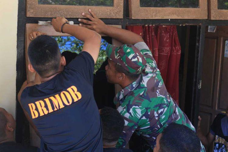 Anggota TNI Yonif 734 SNS bersama personel Brimob Komi 3 Yon Pelopor memperbaiki klinik kesehatan dan empat rumah dinas yang rusak di asrama Polres Maluku Tenggara Barat, Minggu (22/12/2019).