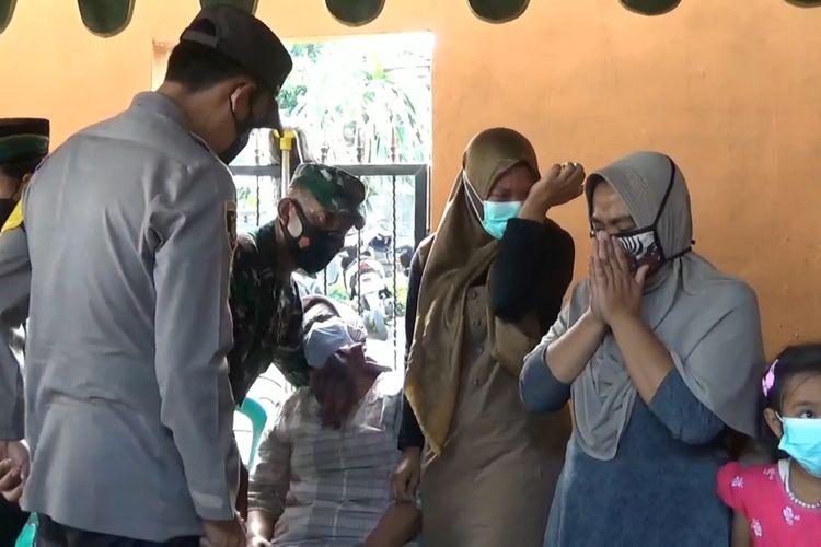 Suasana duka mendalam di salah satu rumah keluarga kru kapal selam KRI Nanggala 402 asal Tulungagung Jawa Timur, yang tenggelam di perairan Bali beberapa waktu lalu, Senin (26/04/2021).