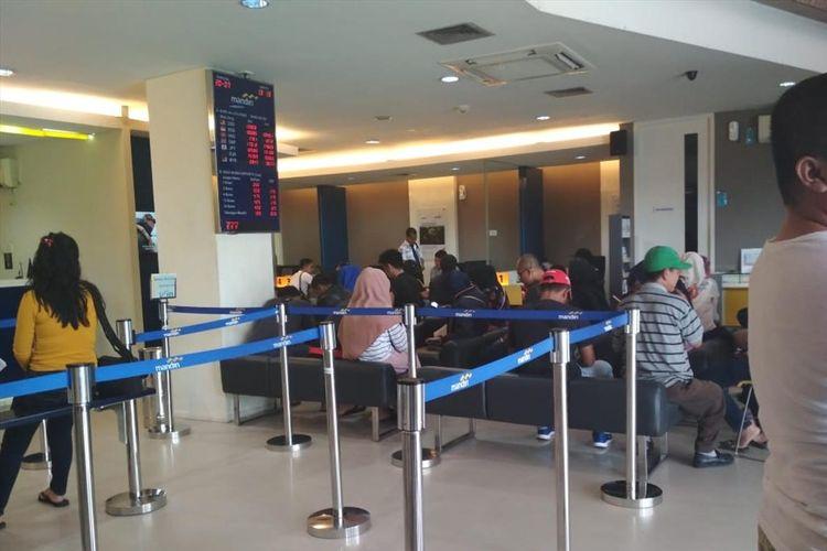 Pasca gangguan layanan transaksi di Bank Mandiri, yang membuat sejumlah nasabah di Batam, Kepulauan Riau ketakutan karena tiba-tiba saja saldo nasabah menjadi nol.