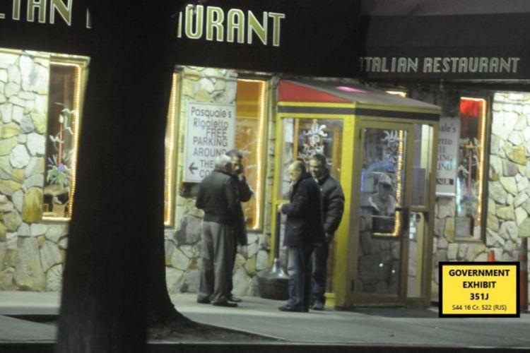 Pasquale Parrello (dua dari kanan), dan Joseph Merlino (dua dari kiri) dalam makan malam yang sengaja dibuat FBI untuk menjebak mereka saat Desember 2017.