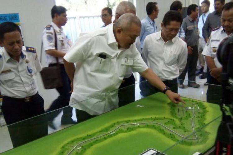 Gubernur Sumatera Selatan Alex Noerdin meninjau maket kereta ringan atau Light Rail Transit (LRT) Palembang, di zona 1 proyek, Palembang, Sumatera Selatan, Kamis (18/8/2016)
