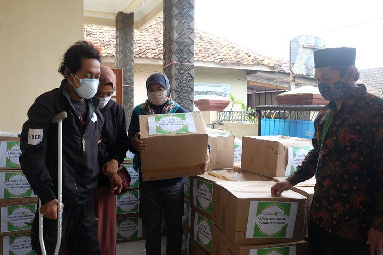 Suasana pembagian sembako untuk pasien TB di Shelter khusus pasien TB MDR binaan Layanan Kesehatan Cuma-cuma di Pamulang.