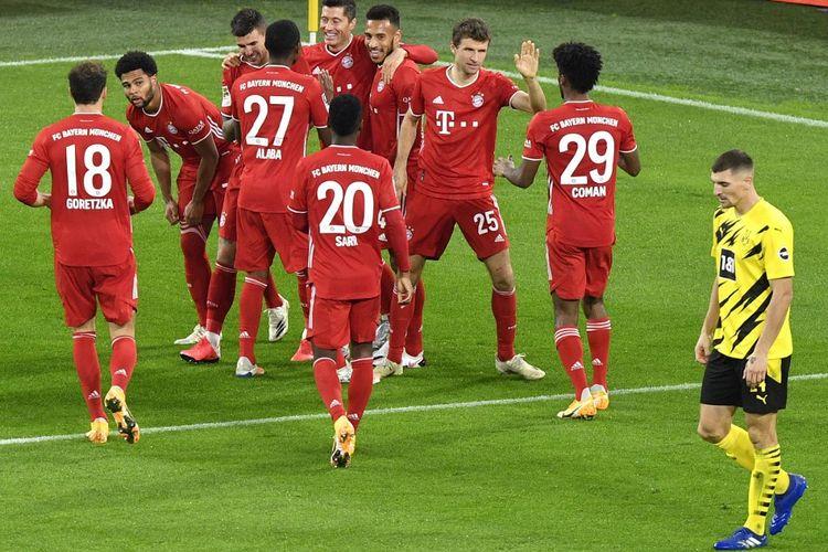 Para pemain Bayern Muenchen merayakan gol Robert Lewandowski pada laga Der Klassiker, Borussia Dortmund vs Bayern Muenchen, di Signal Iduna Park, Minggu (8/11/2020) dini hari WIB.
