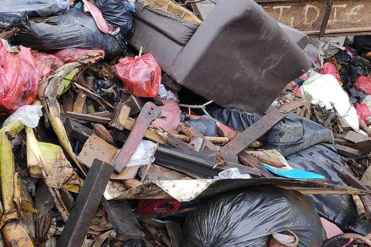 Sampah rumah tangga menumpuk di bantaran Kali Cakung, Jakarta Timur, Selasa (7/1/2020).