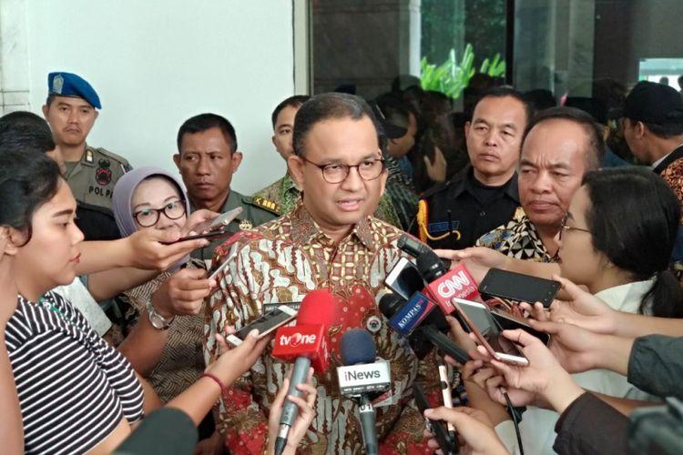 Wali Kota Jakarta Timur Bambang Musywardana bersama Gubernur DKI Jakarta Anies Baswedan di Cakung, Jakarta Timur, Kamis (5/4/2018)