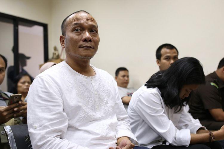 Penyanyi rap Iwa K saat menjalani sidang perdana dalam kasus penyalahgunaan narkoba di Pengadilan Negeri Tangerang, Banten, Rabu (6/9/2017). Iwa K ditangkap di Terminal 1A Bandara Soekarno-Hatta pada Sabtu, 29 April lalu, diduga membawa ganja dalam tiga linting rokok.