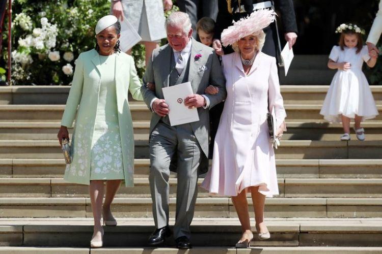 (Kiri ke kanan) Doria Ragland, Pangeran Charles Inggris dan Camilla keluar dari Gereja St George setelah menghadiri upacara pernikahan Pangeran Harry dan aktris AS Meghan Markle di Istana Windsor, Sabtu (19/5/2018). (AFP/Jane Barlow)