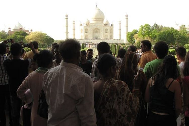 Taj Mahal terlihat ramai saat dikunjungi oleh wisatawan, selain itu biaya tiket masuk untuk menuju bangunan ini juga mahal