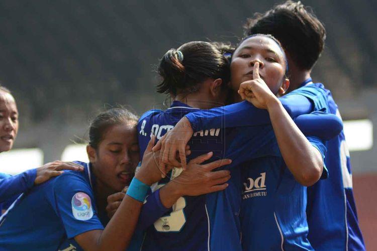 Pemain Persib Bandung Putri merayakan gol ke gawang Persija Jakarta di pentas Liga 1 Putri Grup A, Senin (28/10/2019).