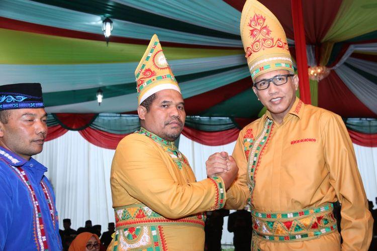 Bupati Bener Meriah, Sarkawi (Kiri) saat bersama Plt Gubernur Aceh, Nova Iriansyah (Kanan) dalam sebuah kegiatan.