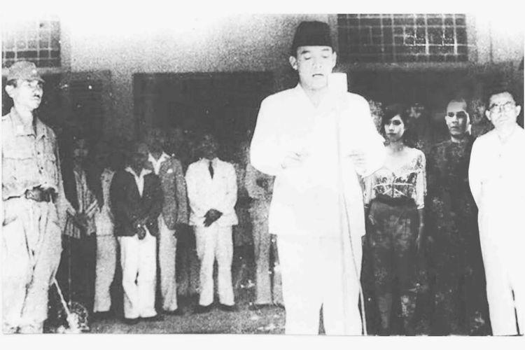 Soekarno membacakan naskah proklamasi kemerdekaan Republik Indonesia pada 17 Agustus 1945 di Jalan Pegangsaan Timur 56.