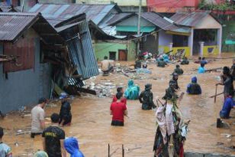 Banjir melanda Kota Ambon, Maluku, Selasa (30/7/2013). Data sementara Badan Penanggulangan Bencana Daerah Ambon menyatakan delapan orang meninggal dan tujuh lainnya hilang, sementara puluhan orang lainnya terluka.