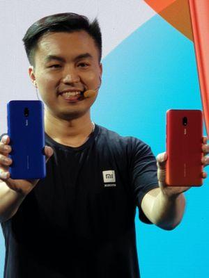 Country Director Xiaomi Indonesia, Alvin Tse dengan Redmi 8A.