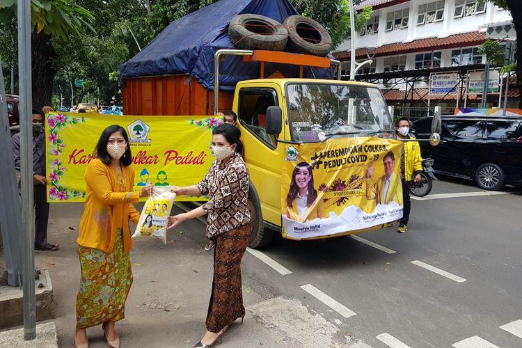 Penggagas Perempuan Peduli Golkar, Yanti Airlangga, secara simbolis menerima bantuan beras sebanyak 20 ton dari Ketua Komisi I DPR RI, Meutya Hafid, pada peringatan Hari Kartini, Rabu (22/4/2020)