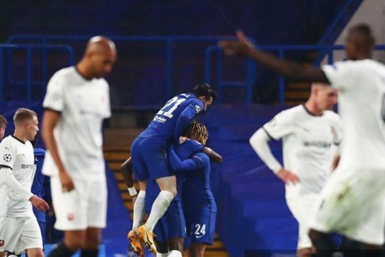 Para pemain Chelsea merayakan gol yang dicetak Tammy Abraham pada laga melawan Rennes di Liga Champions, 4 November 2020.