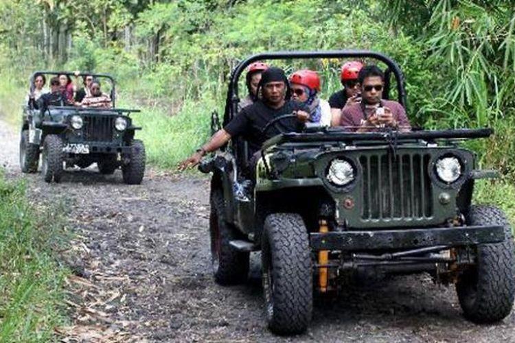 Wisatawan mengendarai mobil jip saat mengikuti wisata lava tour di kaki Gunung Merapi, Sleman, DI Yogyakarta, Jumat (17/5/2013). Wisata mengunjungi daerah bekas aliran lava erupsi Merapi ini dipungut biaya Rp 300.000 - Rp 500.000 per trip.