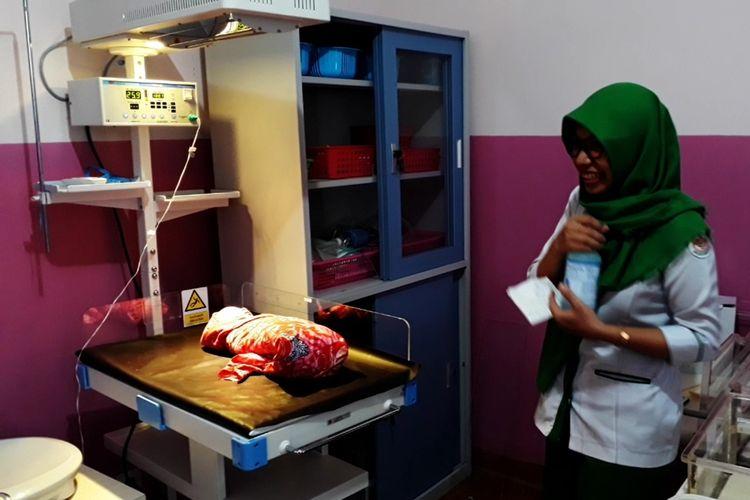 Bayi yang ditemukan di bawah kolong rumah warga di jalan.Peda-peda RT 02 RW 01, Kelurahan Ponjalae, Kecamatan Wara Timur, Kota Palopo, Sulawesi Selatan, Kamis (05/09/2019) dini hari tadi, kini dirawat di rumah sakit ST Madyang,