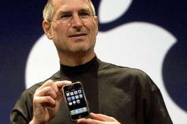 Almarhum pendiri Apple Steve Jobs saat memperkenalkan iPhone pertama, tahun  2007