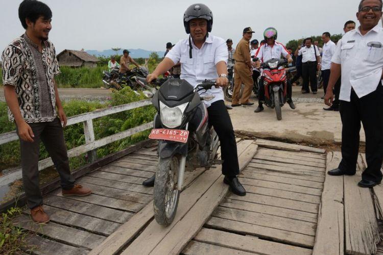 Wali Kota Semarang Hendrar Prihadi mengendarai motor untuk bertemu para transmigran di Kalimantan Barat, Rabu (27/9/2017). Perjalanan menggunakan motor sejauh puluhan kilometer itu karena medan yang dilalui sulit dan tidak bisa diakses dengan mobil.