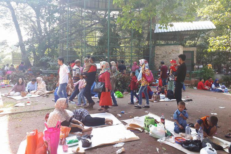 Pengunjung padati Taman Margasatwa Ragunan, Senin (18/6/2018)