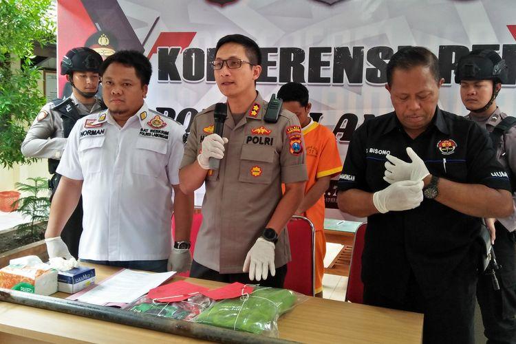 Kapolres Lamongan AKBP Harun (tengah), saat memberikan keterangan dalam rilis pengungkapan kasus di Mapolres Lamongan, Selasa (21/1/2020).