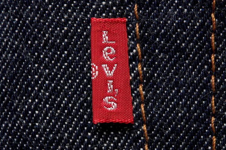 Red tab Levis dengan e kecil.