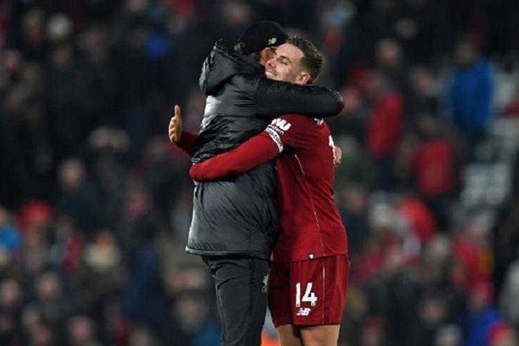 Juergen Klopp memeluk Jordan Henderson seusai laga Liverpool vs Crystal Palace di Stadion Anfield dalam pertandingan Liga Inggris, 19 Januari 2019.