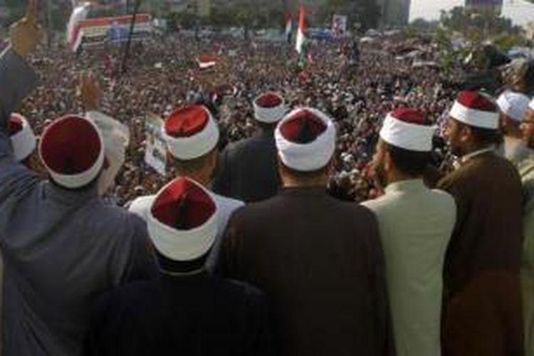 Sejumlah ulama Mesir menghadiri aksi mendukung Muhammad Mursi yang digelar di Kairo beberapa waktu lalu. Pemerintah Mesir memutuskan untuk melarang 55.000 orang ulama tak berlisensi memberikan kotbah di masjid-masjid sebagai upaya untuk meredam para pendukung Ikhwanul Muslimin.