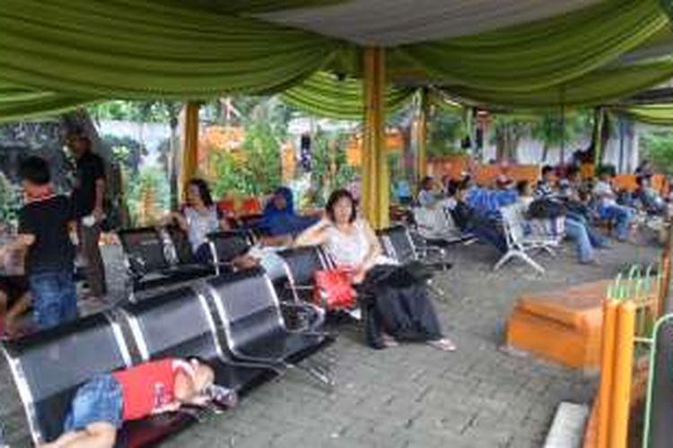 Salah satu tempat tunggu penumpang di Terminal Kalideres, Jakarta Barat, Senin (11/7/2016). Beberapa penumpang terpaksa menginap karena bus yang mereka akan naiki belum tiba dari luar Jakarta.