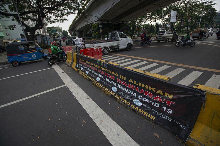Sejumlah pengendara kendaraan bermotor menerobos celah penyekatan Jalan Jatibaru Raya saat masa Pemberlakuan Pembatasan Kegiatan Masyarakat (PPKM) Level 4 di Tanah Abang, Jakarta, Selasa (3/8/2021). Meski menurut Gubernur Anies Baswedan kasus aktif harian Covid-19 Jakarta menurun hampir 100.000 orang dalam dua pekan terakhir, pemerintah masih memperpanjang PPKM Level 4 hingga 9 Agustus 2021 di Ibu Kota.