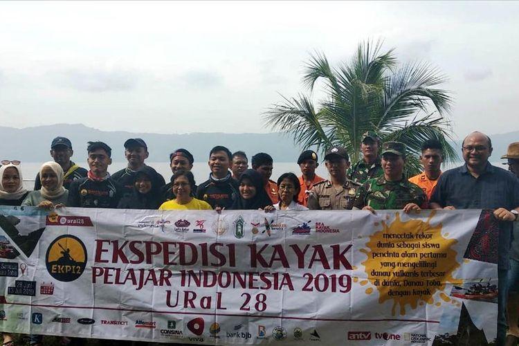 Direktur Utama BPODT Arie Prasetyo (paling kanan) bersama  tim ekspedisi URaL SMA Negeri 28 Jakarta?