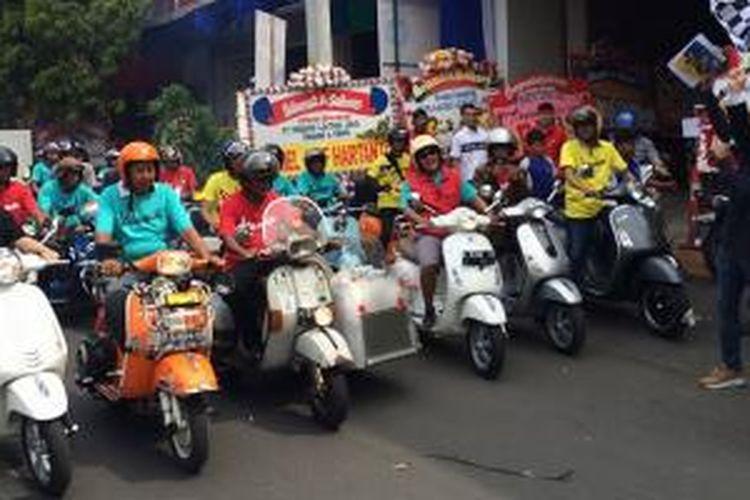 Komunitas Vespa di Semarang merayakan dibukanya dealer resmi Piaggio Semarang.