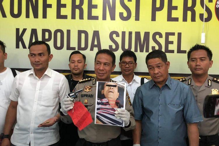 Kabid Humas Polda Sumsel Kombes Pol Supriadi menunjukkan wajah pelaku Begal sadis yang ditembak mati polisi ketika berada di ruang kamar jenazah rumah sakit Bhayangkara Palembang, Rabu (17/7/2019).