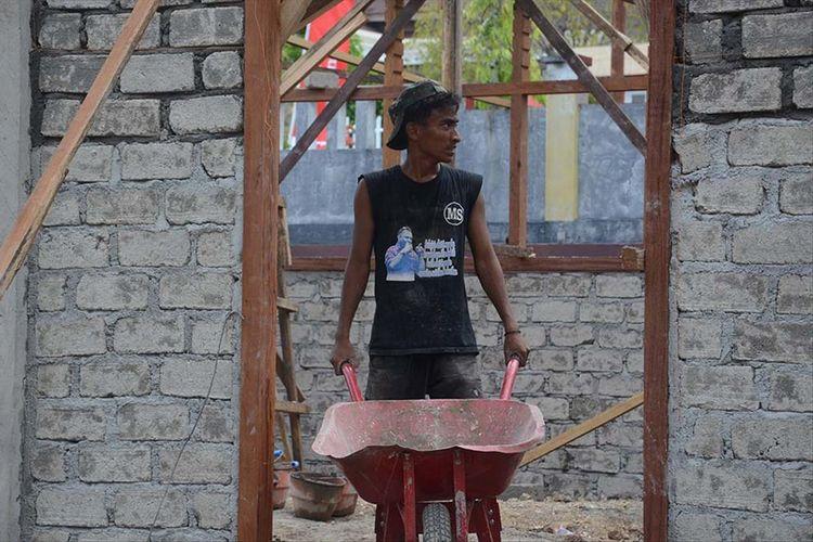 Rafdi Marajabessy, putra ketiga Wakil Walikota Tidore menjadi pekerja bangunan dan sementara mengerjakan sebuah bangunan di depan Kantor Walikota Tidore, Selasa (09/07/2019)