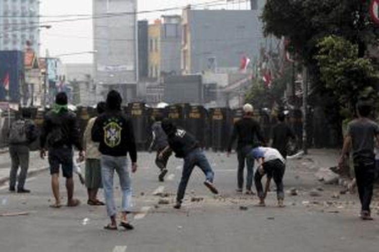 Kerusuhan antara warga dan aparat saat pembongkaran rumah di Kampung Pulo, Jakarta Timur, Kamis (20/8/2015). Pembongkaran rumah di bantaran kali ini dilakukan untuk normalisasi Kali Ciliwung.