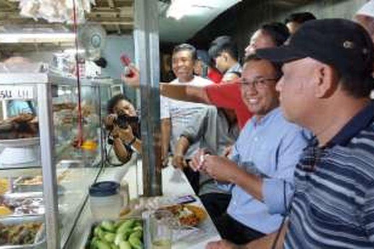 Calon gubernur DKI Jakarta Anies Baswedan makan usai kampanye di RW 04 Kelurahan Ancol, Kecamatan Pademangan, Jakarta Utara, Jumat (18/11/2016) sore.