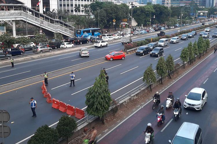 ruas tol dalam kota Cawang-Grogol dialihkan akibat adanya aksi unjuk rasa di sekitar Kompleks Parlemen Senayan, Jakarta Pusat, Rabu (25/9/2019).