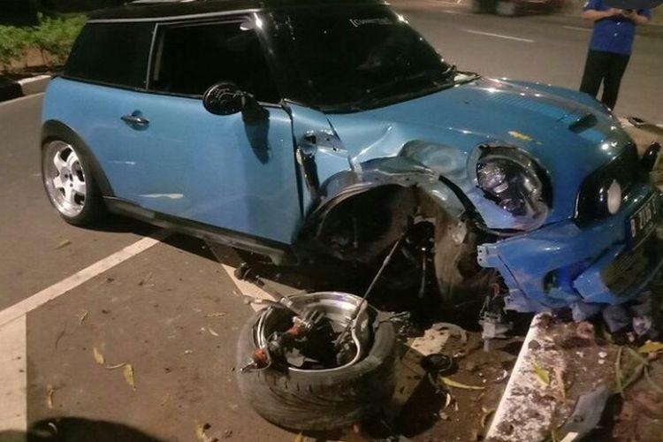 Sebuah mobil Mini Cooper yang dikemudikan oleh ZR menabrak trotoar dan pohon di Jalan Gerbang Pemuda, Tanah Abang, Jakarta Pusat, Sabtu (28/8/2021).
