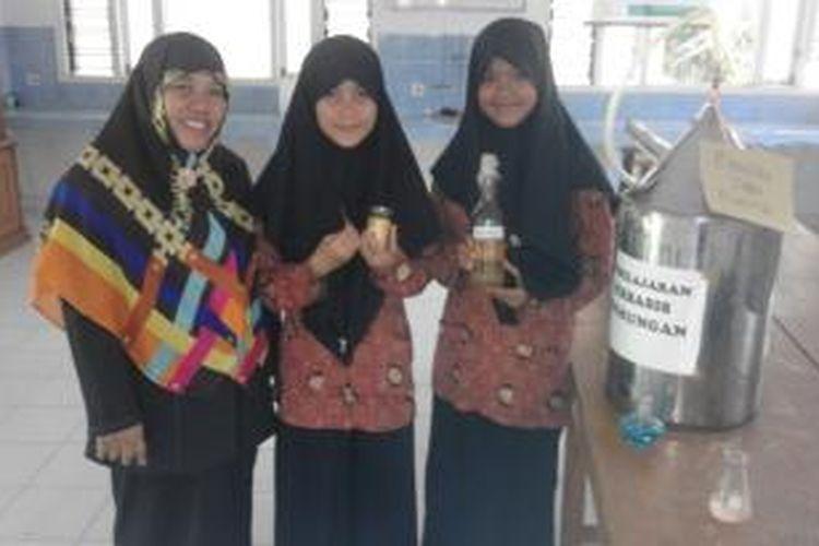 Dua siswi Madrasah Aliyah Negeri (MAN) 2 Kota Bengkulu, Sumaria Desi dan Citra Kurnia Sari menciptakan bensin dari limbah plastik didampingi guru kimia Weniarti.