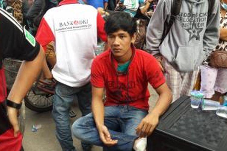 Dani (20) warga Pinangsia yang sempat kena pukul Satpol PP di lokasi penggusuran, Jalan Kunir, Pinangsia, Jakarta Barat.