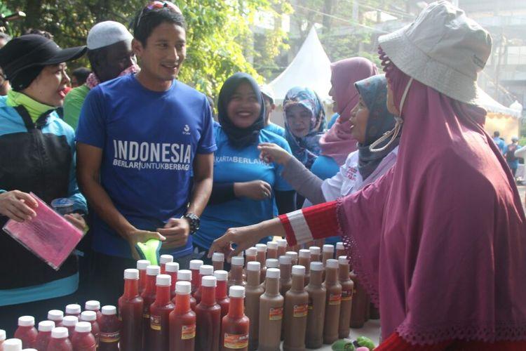 Calon wakil gubernur DKI Jakarta Sandiaga Uno melihat produk binaan OK-OCE (One Kecamatan One Center for Entrepreneurship) dalam bazar yang diadakan di Jalan Sriwijaya, Jakarta Selatan, Minggu (5/3/2017) pagi.