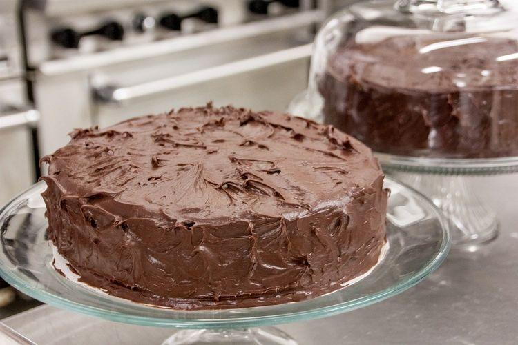 Ilustrasi cake cokelat topping dalgona coffee.