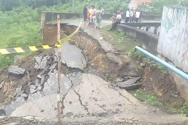 Pangkal jembatan layang di atas rel kereta api jalur Prabumulih-Muara Enim di Desa Dalam, Kecamatan Belimbing, Muara Enim, longsor Rabu pagi sekitar pikul 03.00 WIB menyebabkan jalur transportasi 3 dusun terputus.