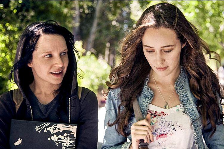Alycia Debnam-Carey dan Liesl Ahlers dalam film horor Friend Request (2016).