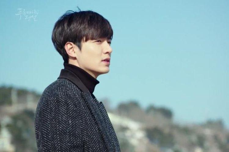 Lee Min Ho berperan sebagai Heo Joon Jae, dalam serial drama romantis Legend of the Blue Sea.