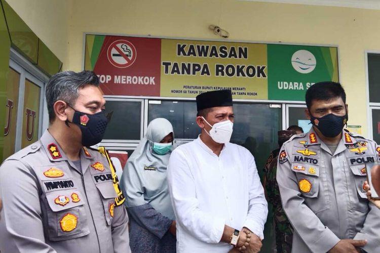 Bupati Kepulauan Meranti Muhammad Adil (tengah) dan Kapolres Kepulauan Meranti AKBP Eko Wimpiyanto Hardjito (kiri) saat menerima kunjungan tim dari Polda Riau terkait penanganan kasus Covid-19 di Kabupaten Kepulauan Meranti, Riau, Jumat (28/7/2021).