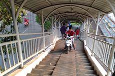JPO Stasiun Pasar Minggu Baru Kerap Dilalui Motor karena Patok Penghalang Dibongkar Warga